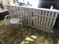 Медицинская кровать и стул